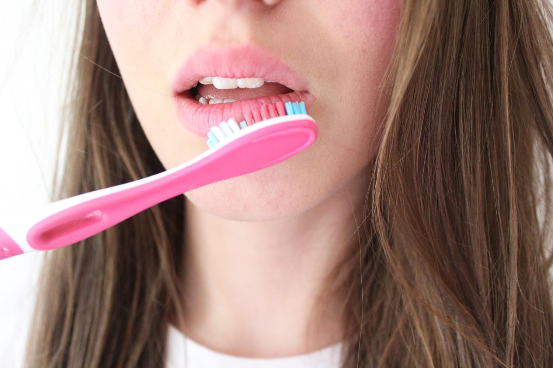 astuces-beaute-uniques-pour-utiliser-une-brosse-a-dents-levres