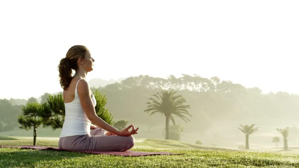 549448191-assis-en-lotus-position-de-yoga-meditation-conscience-du-corps