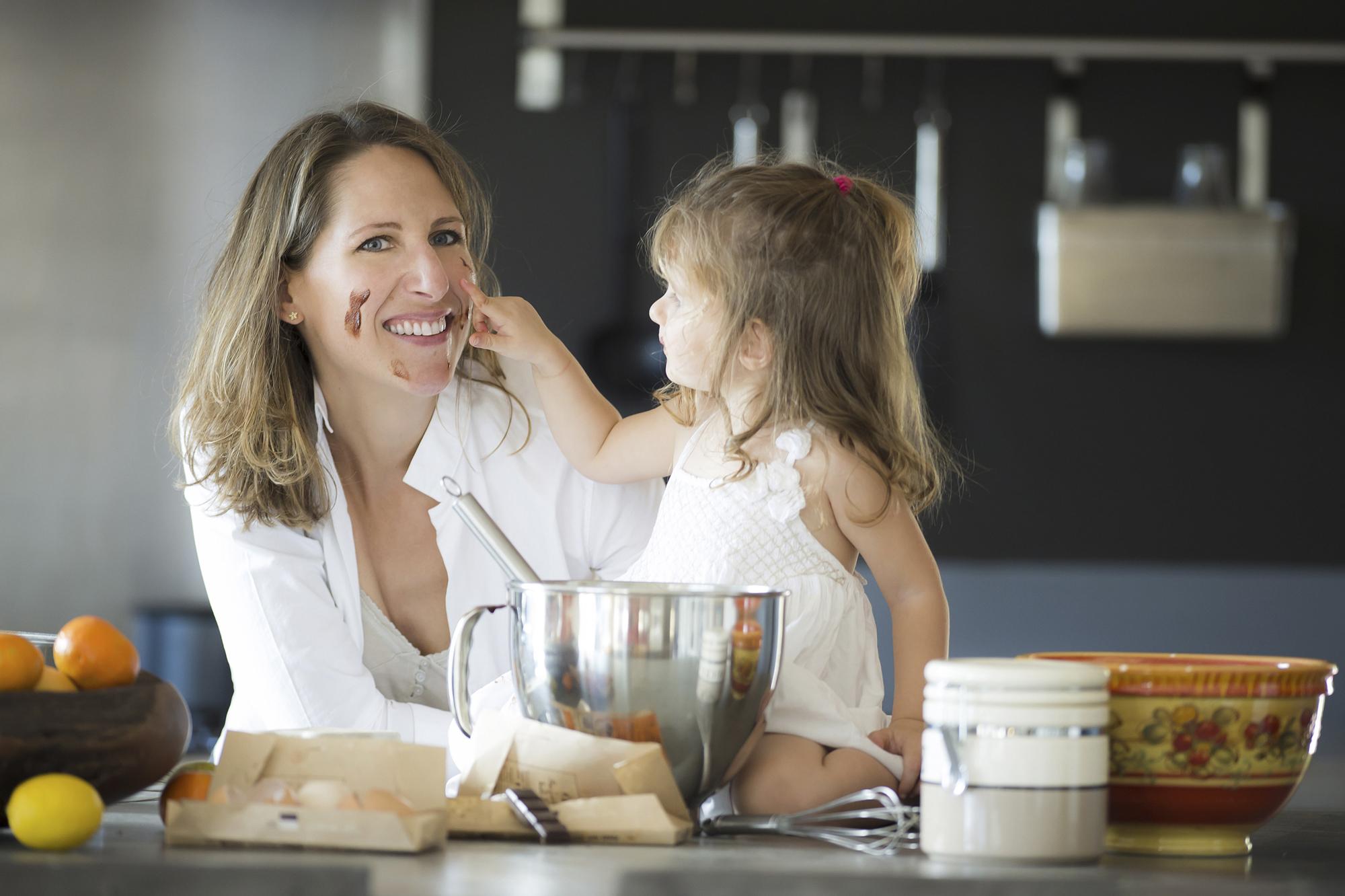 Attitude souriante de Maud FONTENOY faisant un g'teau avec sa fille sa fille Hina 2 ans qui met du chocolat sur le visage de sa maman, ‡ CARQUEIRANNE dans le Var le 11 octobre 2015.