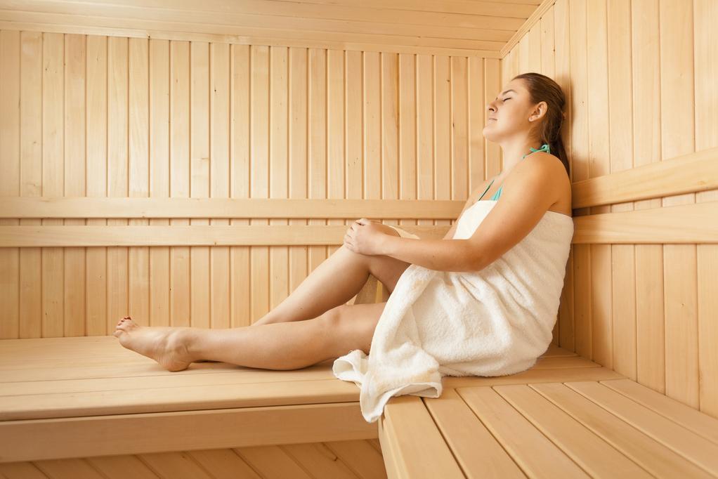 femme-detente-sauna-full-11909455