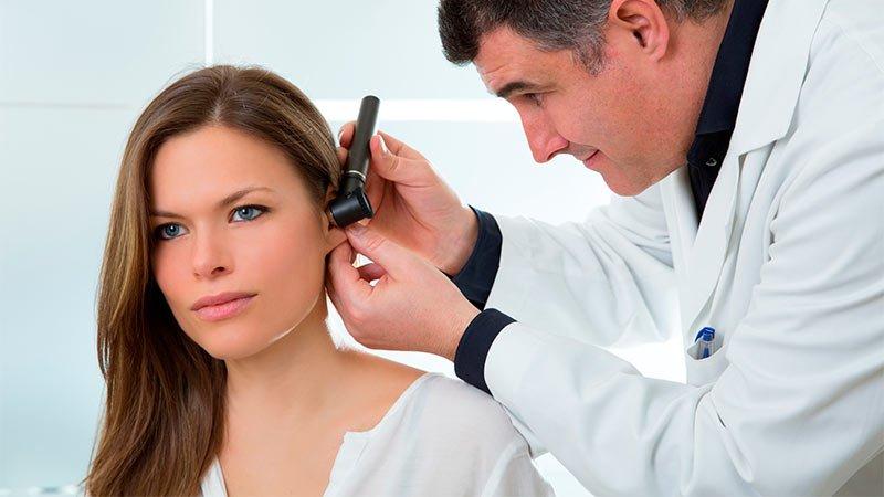 femme-examen-oreilles