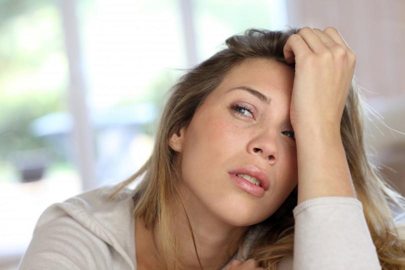 portrait-femme-blonde-avec-cernes-fatigues-810x540
